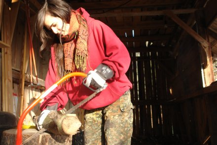 Lisa beim Holz sägen