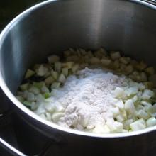 Zucchini-Würfel mit Salz im Topf