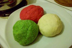 Foto von drei verschiedenfarbigen Teigkugeln (rot, grün, weiß)