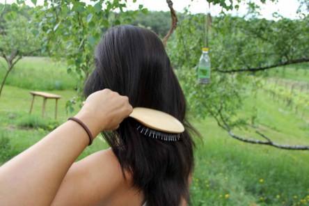 Foto von Lisa beim Bürsten ihrer ohne Shampoo gepflegten Haare