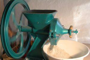 Foto des Mehls, das aus der Getreidemühle Diamant D 525 rieselt