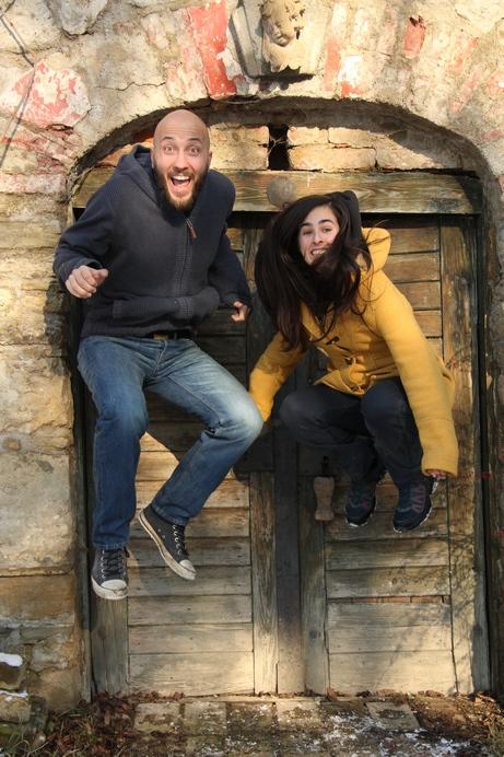 Foto von Lisa und Michael, wie sie gerade in die Luft springen