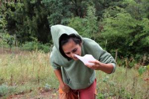 Foto einer Nasenspülkanne, die gerade an die Nase angesetzt wird.