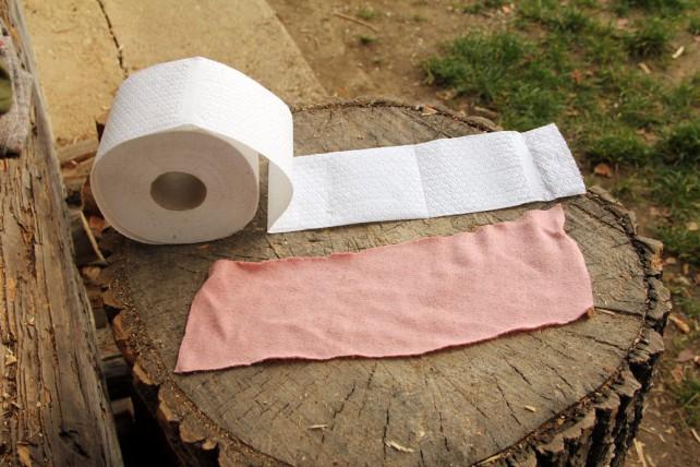 Foto von wiederverwendbarem Klopapier mit einer Papierklorolle daneben