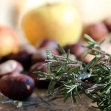 Foto von Rosskastanien, Äpfel und Rosmarin.