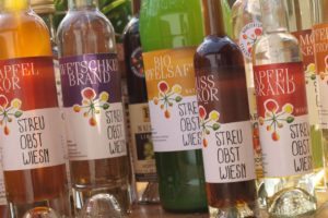Foto von Saft- und Schnaps-Flaschen mit Produkten von Streuobstwiesen.