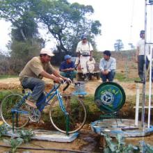 Foto einer fahrradbetriebenen Wasserpumpe im Einsatz