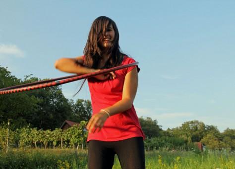 Lisa mit dem Hulahoop-Reifen vor dem Weingarten