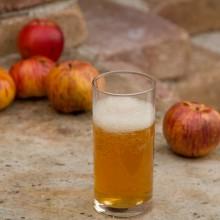 Foto von einem Glas schäumenden Apfelessig.