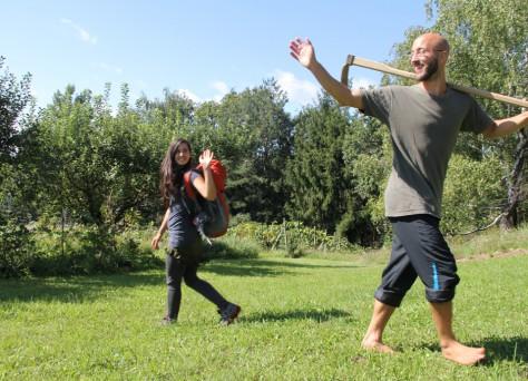 Foto von Lisa und Michael, die in verschiedene Wege weiterziehen