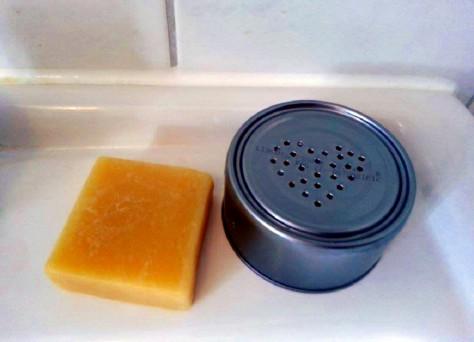 Foto von Haarseife und einer DIY Seifendose