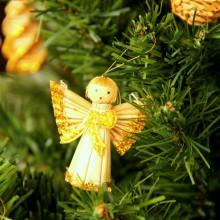 Foto von einem Strohengel auf dem Weihnachtsbaum.
