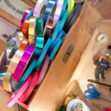 Foto von einer Holzkiste mit Dekobändern für Hula Hoops.