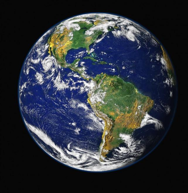 Auf diesem Bild ist der blaue Planet (die Erde) zu sehen. Aufgenommen mit Satellit. Schwarzer Hintergrund des Universums.