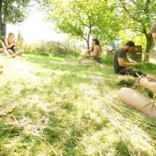 Foto von Gruppe beim Graskorbflechten