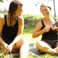 Foto von Frauen beim Graskorbflechten