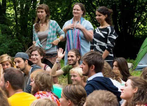 Foto von glücklich aussehenden Menschen, die jemandem zuhören.