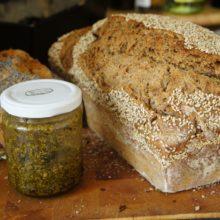 Foto von Selbst gemachtem Brot und Bärlauchpesto