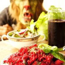 Foto von Rote Rüben Halloween Pasta mit Gruselmaske im Hintergrund