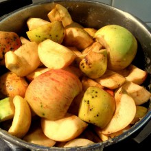 Foto von Apfelstücken in einem Topf