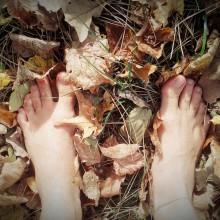 Barfuß im raschelnden Herbstlaub.