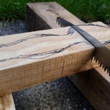 Ein Stück Holz wird gesägt