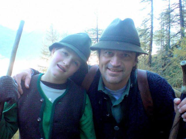 Foto von Martin Rohla mit seiner Tochter im Arm, beide in Jagdkleidung