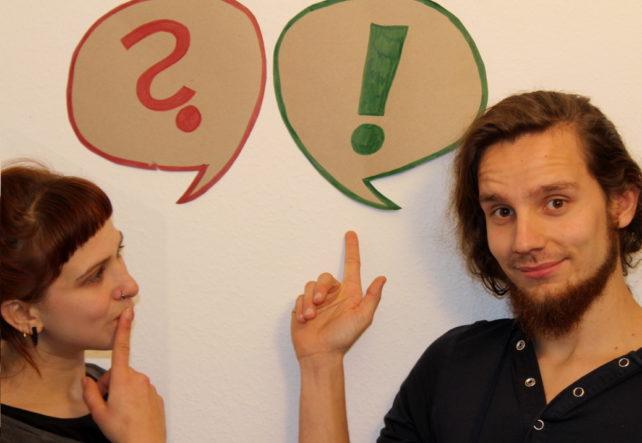 Tobi und Pia stehen jeweils vor einer Sprechblase mit einem Frage- und Ausrufezeichen