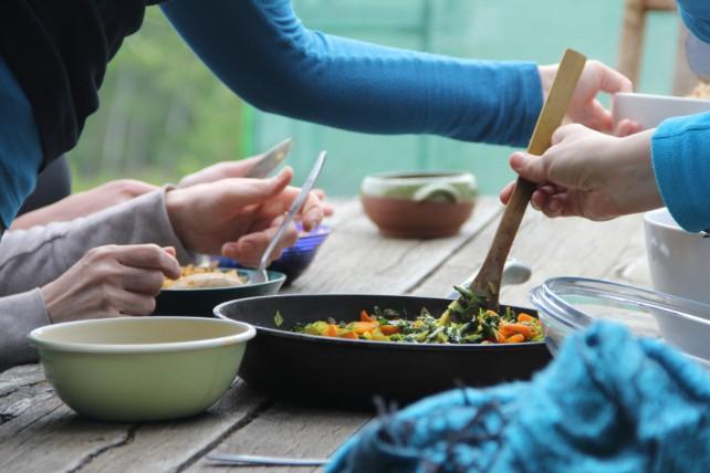 Fotos von Armen und Händen beim Ausgeben eines Mittagessens