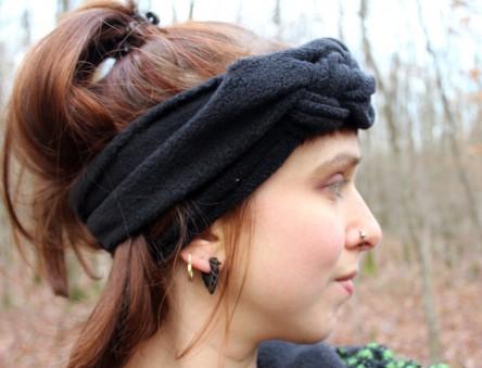 Ich mit einem schwarzen DIY-Strinband aus Fleece