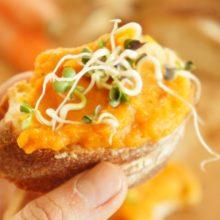 Foto von Karottenaufstrich auf Brot mit Keimsprossen