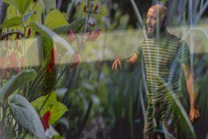 Foto von Michael Hartl bei einem Vortrag mit Spiegelung im Vordergrund