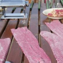 rote Nudelteigplatten mit roter Rübe gefärbt