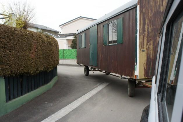 foto von bauwagen der gerade mit einem gel ndewagen. Black Bedroom Furniture Sets. Home Design Ideas