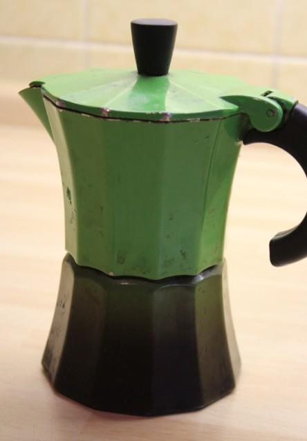 Zu sehen ist eine kleine süße grüne Kaffeekanne :)