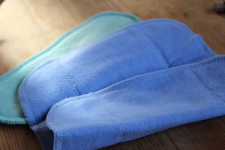 Zu sehen sind zwei Stoffbinden - eine hellblaue und eine hellgrüne