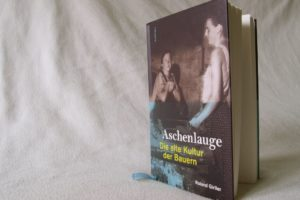 Foto des vorgestellten Buches vor weißem Hintergrund