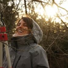 Foto einer jungen Frau beim Baumschnitt
