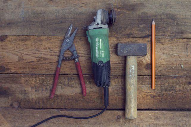 Verschiednes Werkzeug auf einer Tischplatte liegend.