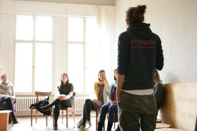 Foto einer Gruppe von Menschen bei einer Besprechung