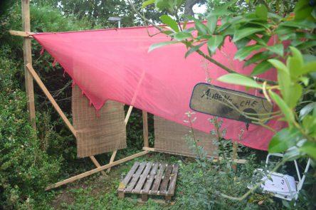 Zu sehen ist die Außendusche im Garten