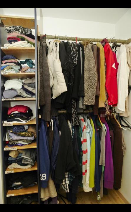 Zu sehen ist der Gemeinschaftsschrank mit vielen, bunten Kleidungsstücken der Liebermenschen