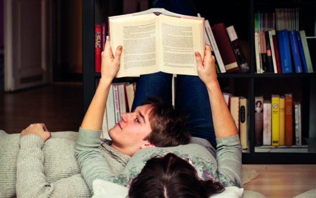 Geschenkidee Vorlesen statt Buch kaufen aus der Kampagne Zeit statt Zeug. Eine Frau liest einem Mann aus einem Buch vor.