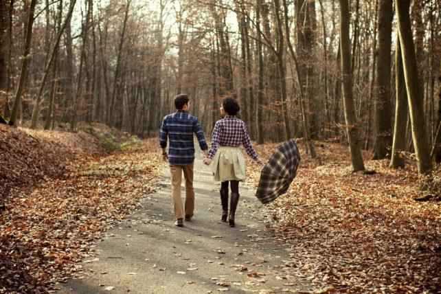 Geschenkidee Waldluft statt Parfum aus der Kampagne Zeit statt Zeug. Ein Paar geht händchenhaltend durch einen Herbstwald.