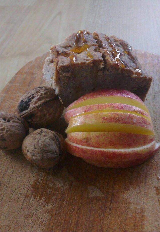 zuckerfrei - ein kuchenstück garniert mit äpfeln und walnüssen