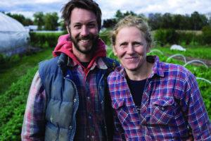 Foto von Jean-Martin und Maude-Helene Fortier mit ihrer Gemüse-Gärtnerei Les Jardins de la Grelinette im Hintergrund