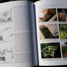 Foto einer Doppelseite des aufgeschlagenen Buches Basiswissen Selbstversorgung aus Biogärten von Andrea Heistinger, Nummer 1