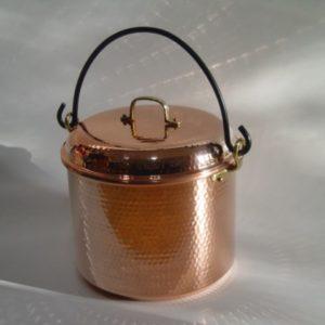 Foto eines Kupfertopfs mit 12 Liter Fassungsvermögen, Deckel und gusseisernem Griff