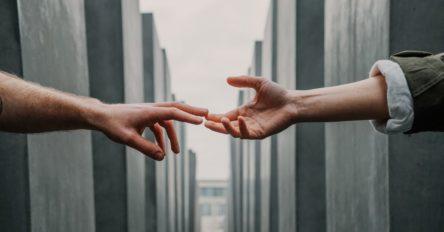 Symbolbild mit zwei sich berührenden Händen für den Artikel über Grundeinkommen in der Coronakrise